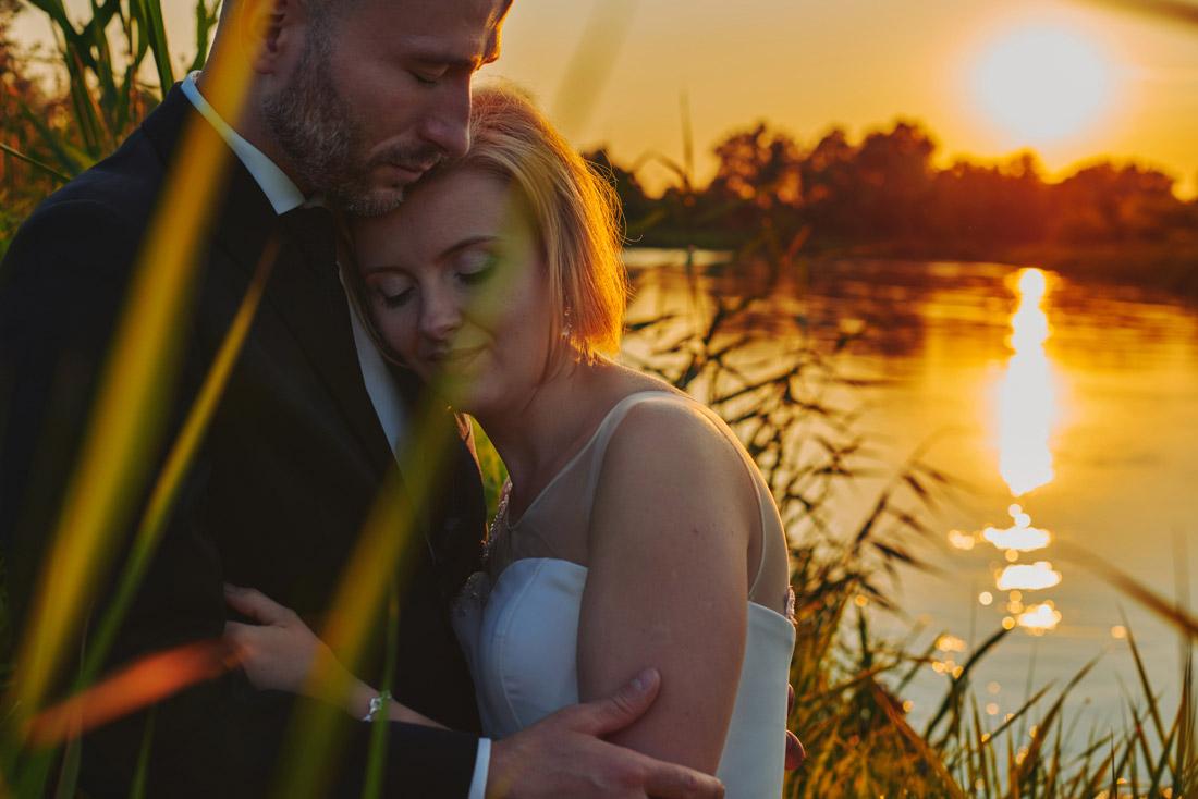 ślubna sesja plenerowa nad rzeką