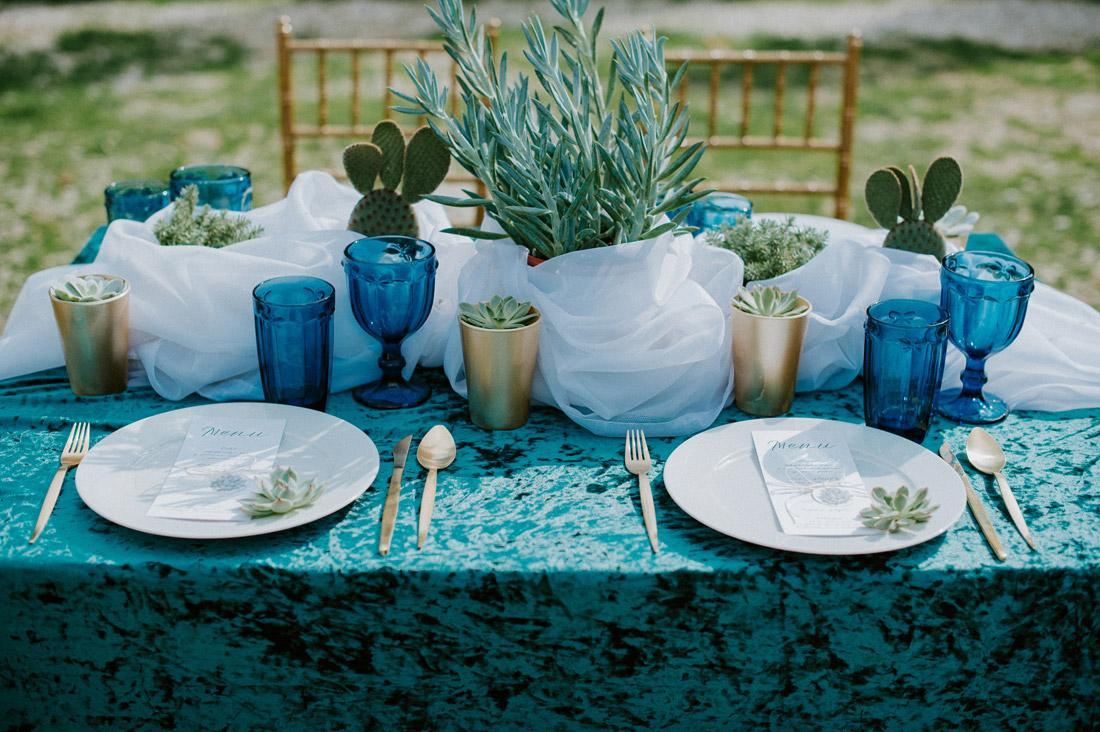 ślub dekoracje stołu turkus złoto sukulenty