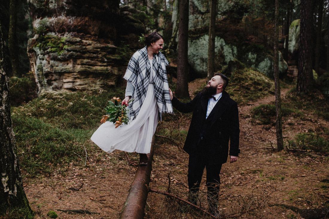 zdjęcia ślubne w lesie